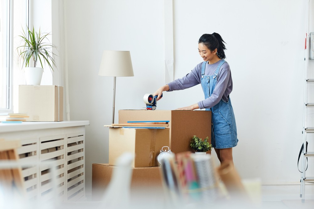 student moving into a dorm